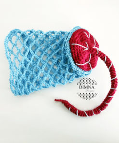 bebé con placenta y saco amniótico a ganchillo diseñado y tejido por dimnadesigns
