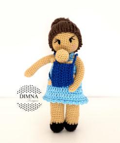 muñeca amigurumi que portea tejida por dimnadesigns.com