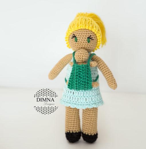 muñeca amigurumi de porteo tejida por dimnadesigns.com