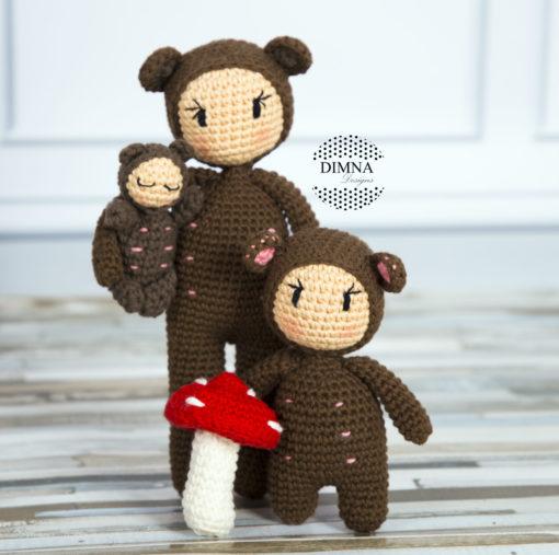 Familia de muñecos disfrazados de osos de ganchillo tejido por dimnadesigns.com