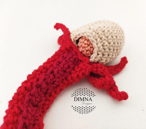 detalle de útero con todos los complementos realizado a ganchillo, a crochet por dimnadesigns.com