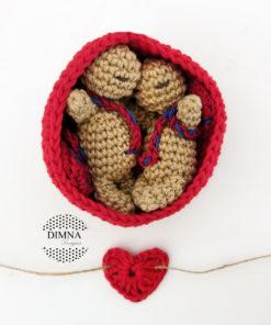 gemelos o mellizos amigurumi, llavero-colgador bebés con dos bebés de dimnadesigns.com